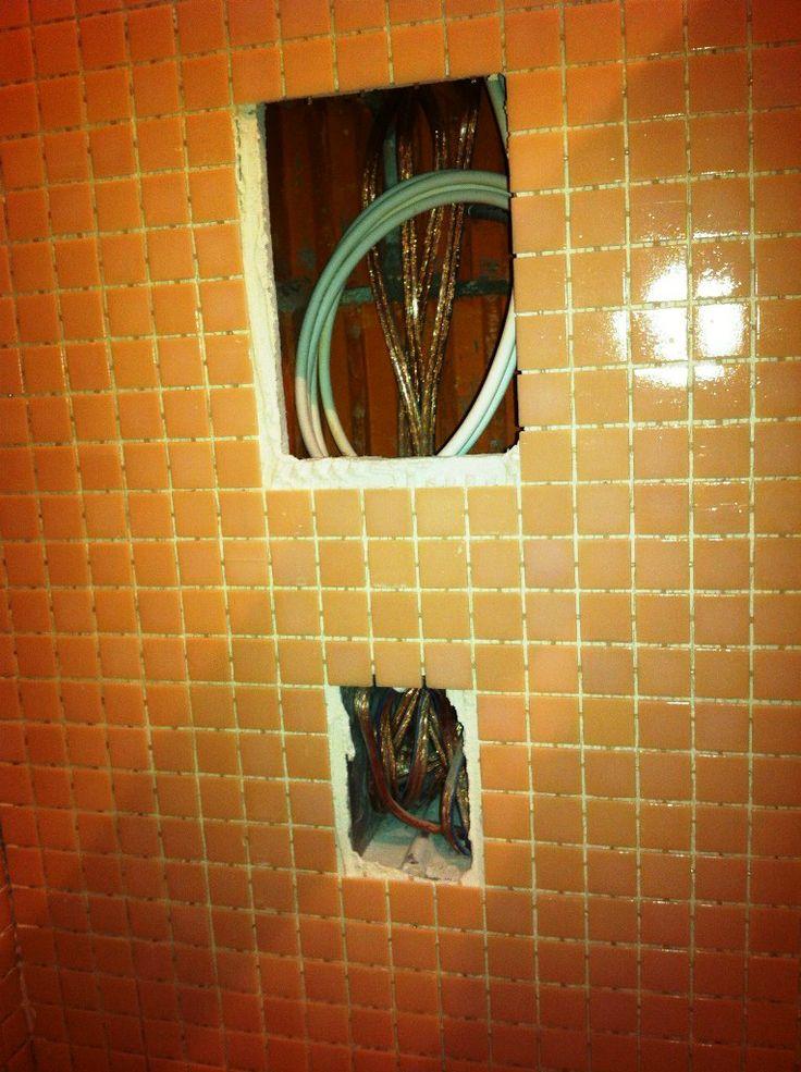 Установочное место для док-станции iPod и регулятора громкости ванной комнаты, в процессе подготовки.