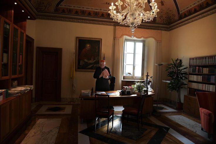 Der Präfekt der Glaubenskongregation, der deutsche Kardinal Gerhard Ludwig Müller, in seinem Büro im ersten Stock des Palazzo del Sant'Uffizio