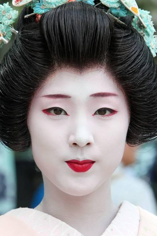 Geisha, Kyoto, Japan.: Halloween Hair, Faces Paintings, Makeup Tips, Halloween Makeup, Red Lips, Hair And Makeup, Traditional Geishas Makeup, People, Culture