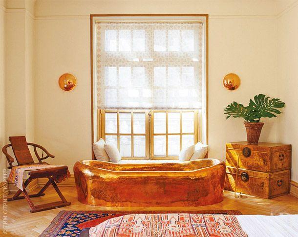 Медная ванна по дизайну Джона Харди и Альдо Ландвера стоит прямо в хозяйской спальне.