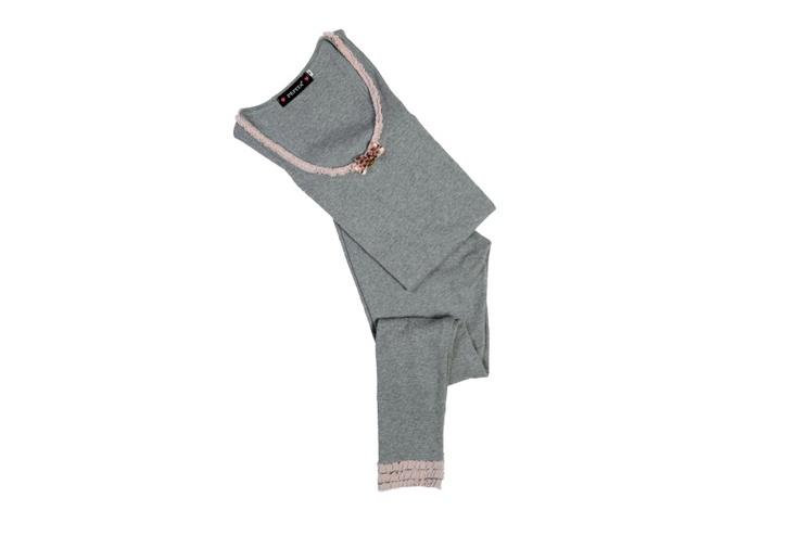 Sottogiacca e leggings in costina grigio  melange, usati da soli o in abbinamento  a maximaglie e camiciotti, per uno stile  contemporaneo, dinamico ed  estremamente curato.