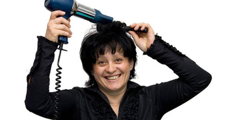 Passo-a-passo para cortes de cabelo médio. Tentar encontrar tempo ou dinheiro para ir ao salão de beleza a cada seis semanas pode ser difícil, e cortes de cabelo que você pode tentar fazer em casa estão se tornando uma alternativa cada vez mais usada. Um cabelo de tamanho médio é mais fácil de se administrar do que um cabelo muito curto ou muito longo, e pode oferecer uma ampla gama de ...