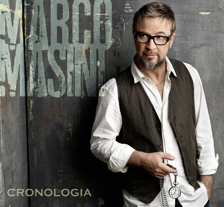 Cinquant'anni (molto ben portati), fiorentino, single. Ah, di nome fa Marco, Marco Masini. Sì, proprio lui, il Maso, ieri è stato protagonista di un pomeriggio unico, in quel di Bari, alla libreria Feltrinelli di via Melo.