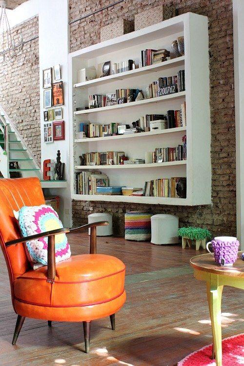 Uma sala com móveis retrôs e uma parede de tijolinhos Via Blog Remobília