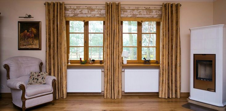 Double-leaf meranti windows, decorated with transverse mullions. The whole is painted with natural varnishes. Elegance with this classic windows is added by carefully stylistically selected door handles.