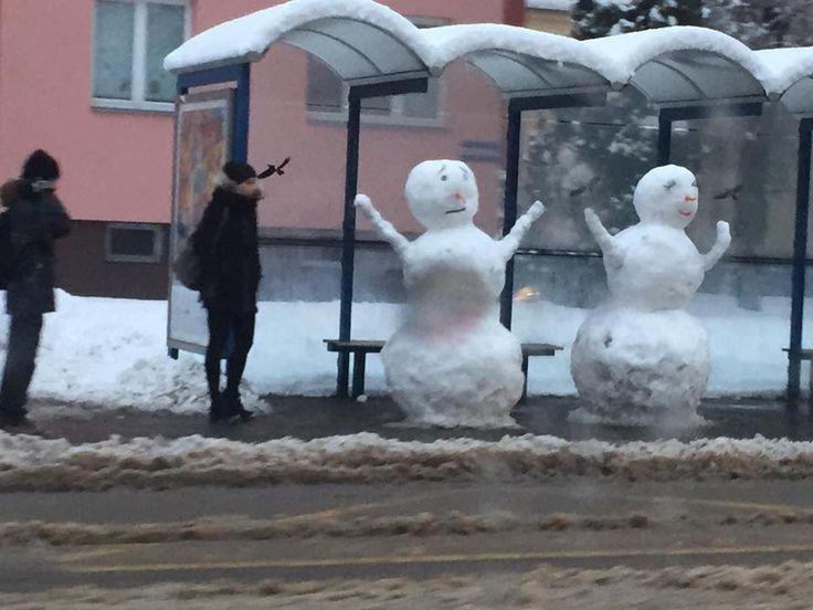 Dva sněhuláci na zastávce baví Ostravu