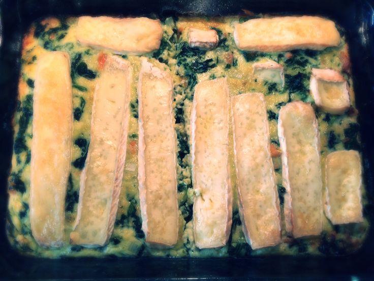 Ingrediënten   450 gr Iglo bladspinazie (diepvries) of verse bladspinazie  3 eieren  250 ml slagroom  1 ui  200 gr zalm  200 gr ...