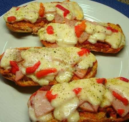 Pizzaiolas 2 paquetes de pan Hot Dogs ½ libra de jamón de pavo o cerdo ½ taza de salsa de tomate para pizza 1 libra de queso mozzarella rallado 2 cucharadas de hierbas italianas ½ cucharadita de sal
