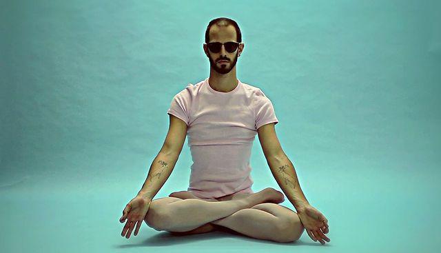 Black Bambi - Postures. Videoclipe apresentado na 103ª edição do Offbeatz.