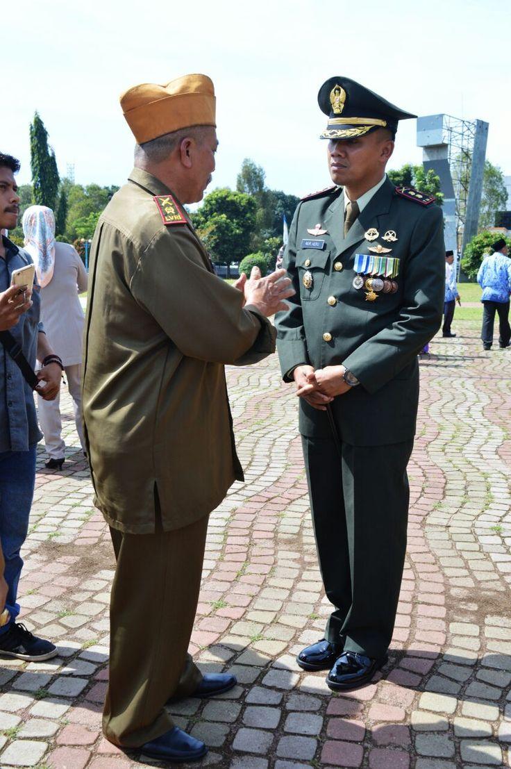 Dandim 0601/Pandeglang Bincang-bincang dengan sesepuh LVRI Kabupaten Pandeglang, saat usai upacara hari Pahlawan di alun-alun Pandeglang