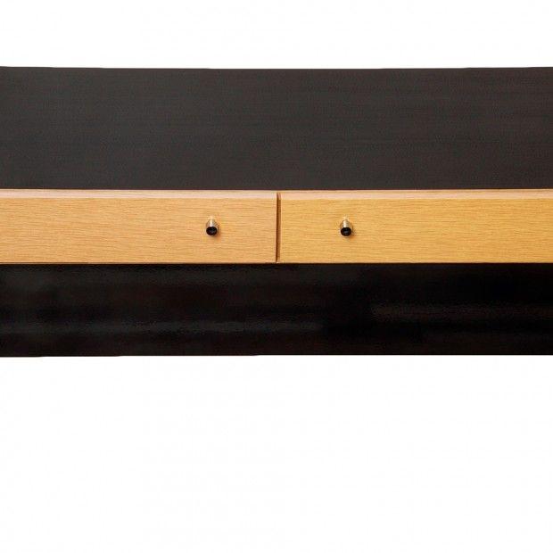 Prosty, duński design z lat 60./70. Połączenie jasnego drewna z czarną politura.