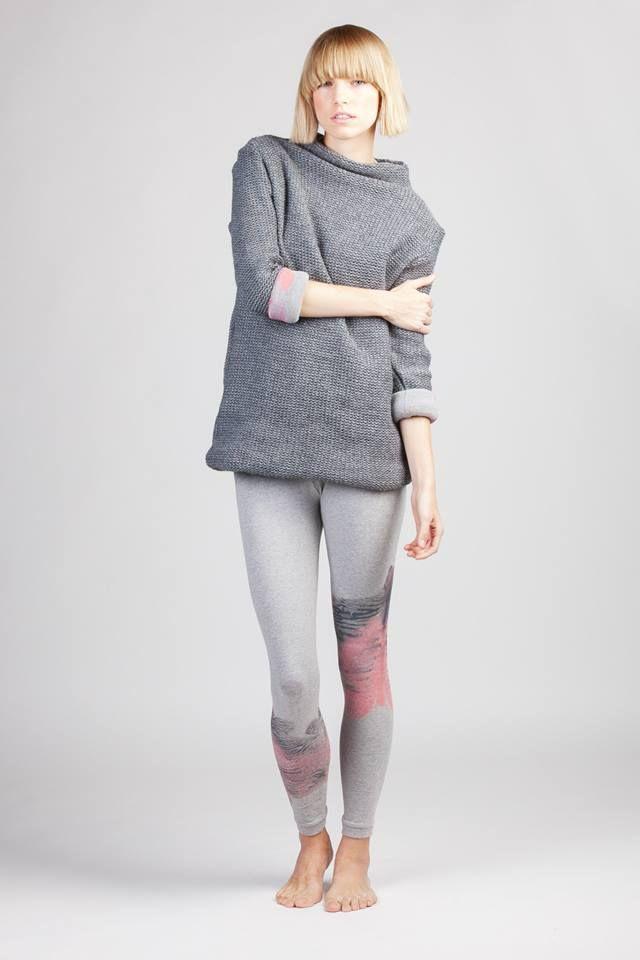 Značka Fragil vznikla v Praze v roce 2008. Pod touto značkou tvořím především dámské oděvy a doplňky. Příležitostně i dětské. Do nedávna to byly především nákrčníky/infinity scarfs/, se kterými si návštěvníci design marketů spojili mou značku. Nově navrhuji, šiji a potiskuji dámské šaty, mikiny, trička a legíny... Vše je vyráběno s láskou od začátku až do konce.