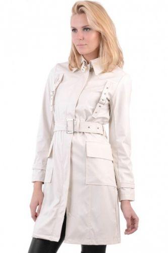 Lang kremfarget frakk i imitert skinn med belte og mange detaljer.  Inneholder 100% polyester.