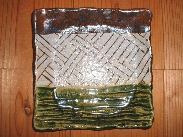 絵柄  あじろあみサイズ  縦20cm  横20cm  高さ3.0~4.2cm 粘土の表面は、タオルでざらっとした感じになっています。織部釉がかかっている部分... ハンドメイド、手作り、手仕事品の通販・販売・購入ならCreema。