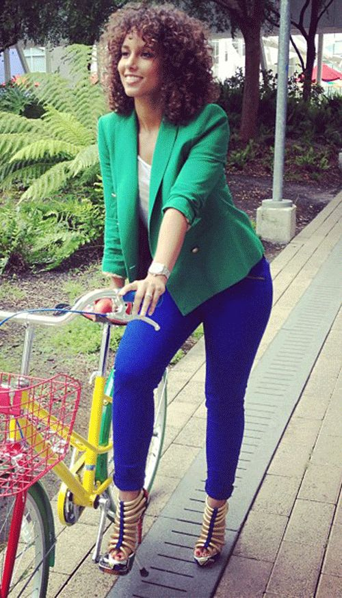 Alicia Keys...Killing Em with the Natural Hair and Green & Blue Outfit