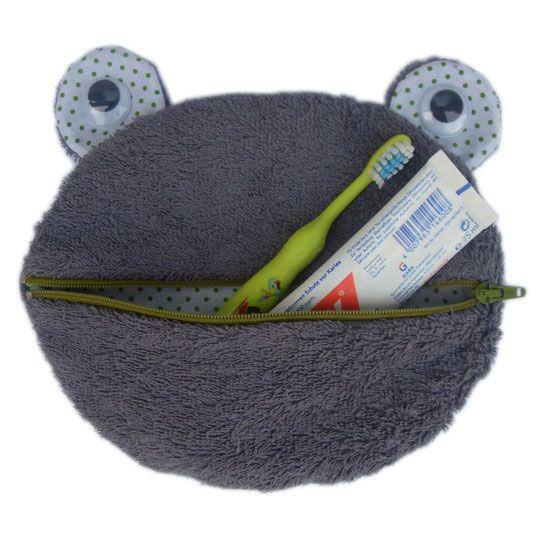 Hier findest Du die Nähanleitung für die Kulturtasche-Frosch von Herzkind. Viel spaß beim selber nähen!