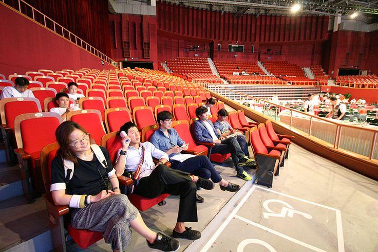 2015 한국체육산업개발 주식회사 창립 25주년 기념식 및 비전 선포식이 7월 24일(금) 서울 올림픽공원 올림픽홀에서 임직원 250명과 외부인사 50여 명이 참석한 가운데 행사가 치러졌습니다. 기념식은 식전행사와 공식행사 1부, 2부, 다과회 순으로 진행되었습니다. 로비에는 비전 메시지 보드가 설치되어 행사의 취지를 살렸으며 공식행사 1부는 개식선언과 내외빈 소개, 직원 포상, 기념사, 축사, 축하 메시지 영상으로 꾸며졌다. 2부 비전 선포식에서는 2025비전 영상과 함께 직원들의 비전 달성 다짐 선언과 떡 케이크 커팅식이 진행되었다. 마지막으로 기념식에 참석한 많은 분들이 만찬을 즐기며 2015 한국체육산업개발 주식회사의 창립 25주년 기념식 및 비전 선포식을 마무리했습니다.
