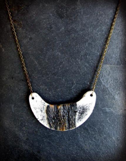 Collar único y exclusivo realizado con la técnica de rakú y terra sigillatas. Largo: 22 cm.