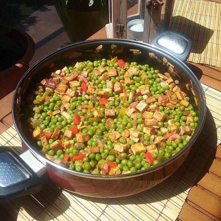 Deliciosos #guisantes salteados a la sartén con #tofu y verduras ecológicas, una receta vegetariana y vegana ideal para tomar al aire libre con la #familia