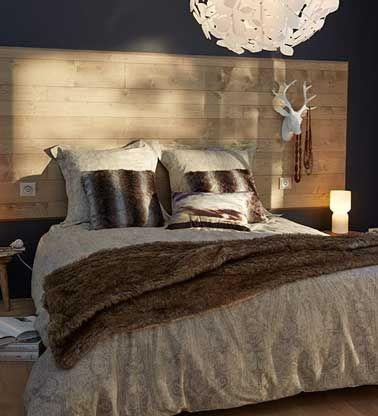 Déco et pratique avec les interrupteurs encastrés dedans, la tête de lit en larges lambris bois recouvert d'un vernis satin en écho aux coussins et plaid couleur cuivre.