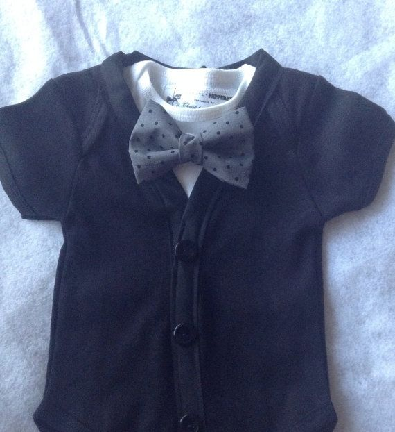 Beau costume de minuit noir et gris pour votre petit garçon de bébé BCBG!!!. Costume de belle photo jumelé avec un mignon Jean revers.