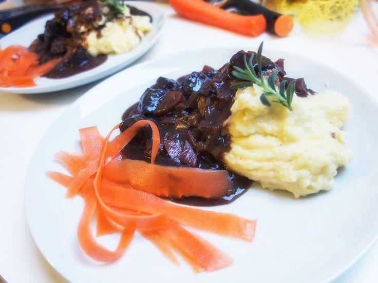 Brasato di Manzo ... Eller rødvinsbraiseret okseklump ... I denne udgave med løg, gulerødder, bladselleri, rødvin, timian, rosmarin, nelliker, peber, kanel og god mørk chokolade - smagt til med lidt fiskesauce ... Serveret med en god kartoffelmos og lidt eddikemarineret gulerod ...