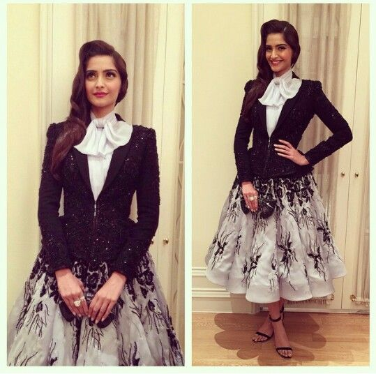 Sonam kapoor in ralphandrusso couture 4 the hello awards!! Pics from Rhea kapoor's instagram :)