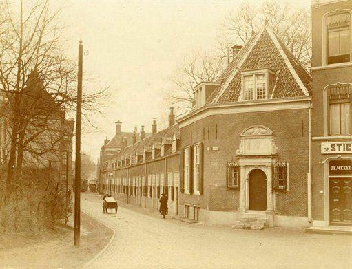 Gezicht op de Vrijwoningen van de Fundatie van Maria van Pallaes (Agnietenstraat) te Utrecht met rechts het huis Nieuwegracht 205 (refectiehuis van de Fundatie), 1907-1912