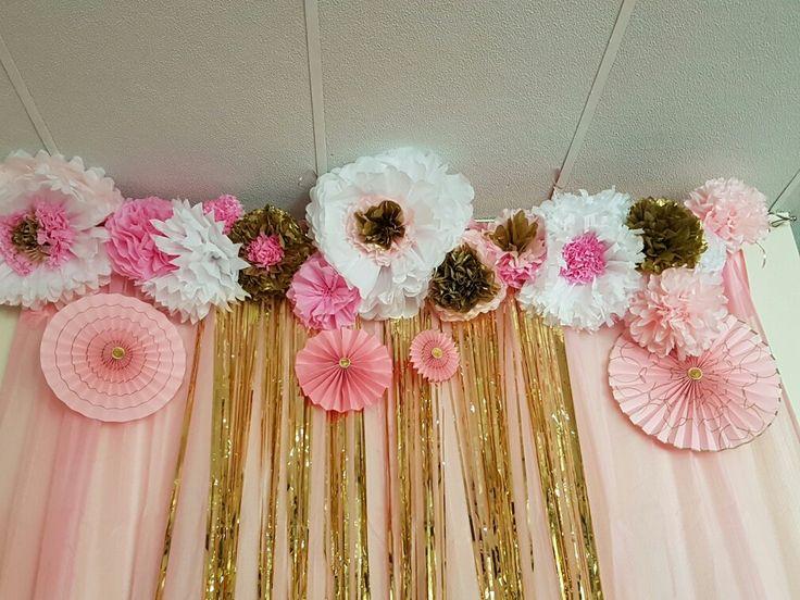 Decoración de pared para cumpleaños #40 usando tissue paper para las flores. Cortinas doradas de tiritas y cortinas de tela rosadas. Abanicos con diseños dorados en cartón o papel de cartulina.