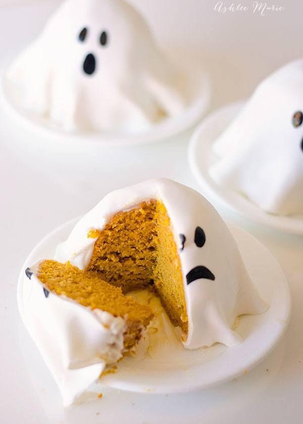 Mini tortas de calabaza decoradas como fantasmas, preciosas. #PostresHalloween