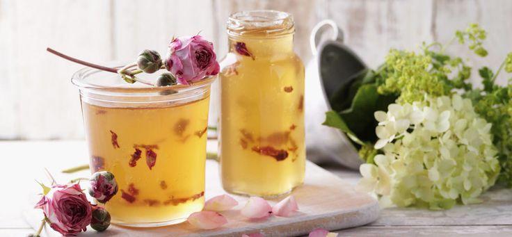 Leichtes Apfel-Trauben-Gelee mit Rosenblättern