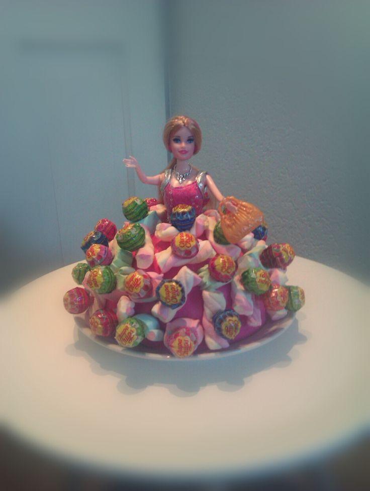 Barbie traktatie. Halve piepschuimbol geverfd en daarin lollies met spekjes geprikt.