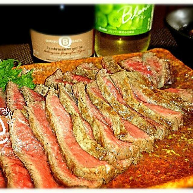 牛肉の表面を強火で焼いて旨味をギュッと閉じ込め、ホイルで包んで待つこと20分。ジューシーな和牛のたたきの完成~。 これに、にんにくのきいたタレを合わせれば赤ワインにピッタリ! もちろん日本酒もイケます~(* ̄∇ ̄)ノ - 25件のもぐもぐ - ワインのつまみに~牛のたたき by Nao
