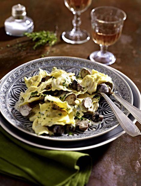 Zutaten für 4 Personen: 1 Zwiebel, 600 g braune Champignons, 2 EL Olivenöl, Salz, Pfeffer, 2 EL Butter oder Margarine, 1 EL Mehl, 250 ml Gemüsebrühe, 1 Becher (150 g) miree Französische Kräuter, 1/2 Bund Petersilie, 1/2 Topf Thymian, 2 Packungen (à 250 g) Ravioli mit Fleisch und Gemüsefüllung (Kühlregal).   Zubereitung: 1. Zwiebel schälen und fein würfeln. Pilze putzen und je nach Größe klein schneiden. Öl in einer Pfanne erhitzen, Pilze darin ca. 6 Minuten unter Wenden braten und mit Salz…