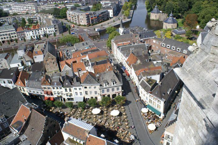 Het Spanjaardsgat, de Havermarkt en de Nieuwe Haven in Breda, gezien vanaf de Grote Kerk (Onze-Lieve-Vrouwe kerk). Lees meer over Breda op http://www.youropi.com/nl/breda-8