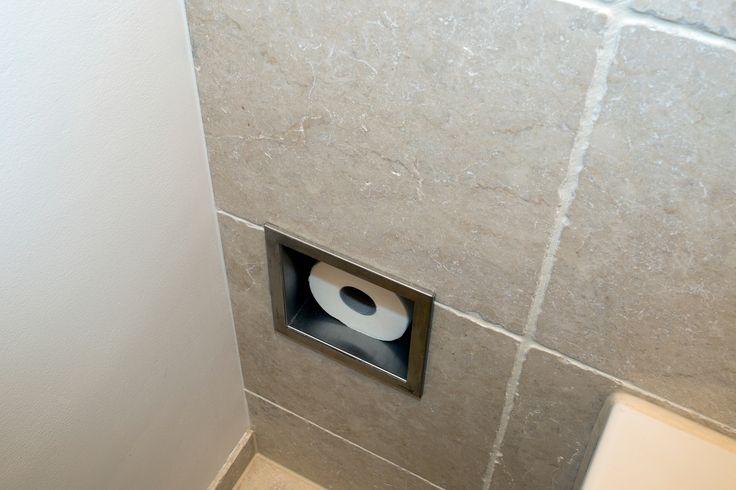 De beige tegels en witte muren geven deze badkamer een ruime en warme uitstraling waar u optimaal tot rust kunt komen. Bij het binnenkomen springt de wastafel gelijk in het...