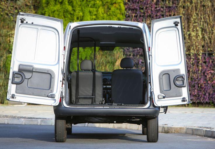 O modelo Kangoo 2015, da Renault, traz a nova identidade visual da marca, além de inovações na ambientação interna, em tecidos nos bancos, freios ABS e airbag duplo de série. Agora com a porta lateral mais econômica, que aumenta a funcionalidade no dia a dia, o veiculo oferece 800 kg de capacidade de carga e traz ainda, as portas traseiras assimétricas com amplo ângulo de abertura 180º.
