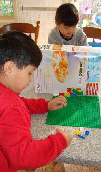 Twee kinderen krijgen dezelfde lego-blokjes. Het ene kind plaats de blokjes op de plaat, en vertelt waar de blokjes komen te liggen. Het andere kind kan het niet zien, maar moet goed luisteren, en de blokjes op dezelfde plaats neerleggen. Is het gelijk?