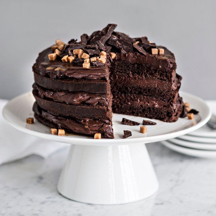Ihanan suklaisessa kakussa on välissä täyteläistä suklaatäytettä ja kinuskikastiketta. Tuhtia kakkua riittää pienikin pala.