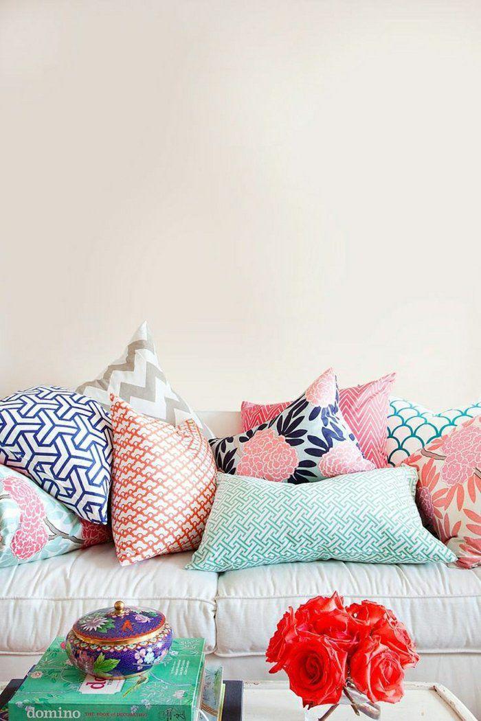 canapé beige, coussins décoratifs, colorés, mur beige, de couleur pastel