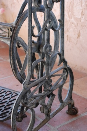 I just love the ironwork on this old singer sewing machine table: Sewing Machine Tables, Singer Sewing Machines, Sewing Table, Machines Make Overs, Machine Magic, Sewing Machines Make