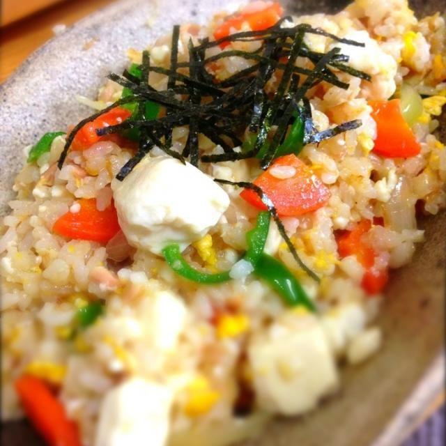 ヒガシマルうどんスープの活躍でやさしい味に仕上がった!(≧з≦)  やっぱしこれは調味料として常備しとかな。(≧∀≦)  うまかったー!(^ω^) - 148件のもぐもぐ - 豆腐とツナの和風チャーハン by shinjiterao