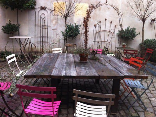 sommarprojekt, stort bord byggt med plank, stort trädgårdsbord med plats för många runt bordet, krukatös och floramor, Göteborg, innergård, färgglada stolar runt bordet, trädgårdsbord, pyssel, projekt