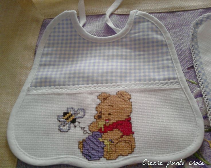Bavaglino a punto croce con il dolce Winnie The Pooh che mangia il miele