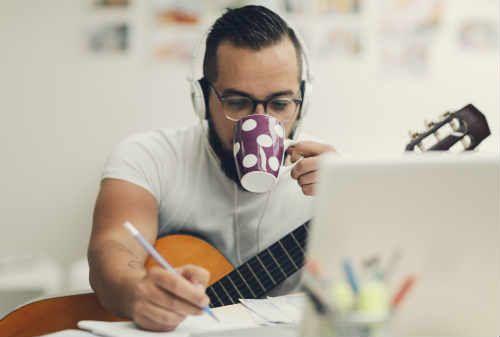 Pekerja freelance, ikuti 8 cara ini untuk meningkatkan produktivitas dan tips kerja dari para ahli. Artikel ini akan membahas cara-cara tersebut agar Anda dapat tetap menikmati fleksibilitas sembari mendapatkan penghasilan yang cukup.