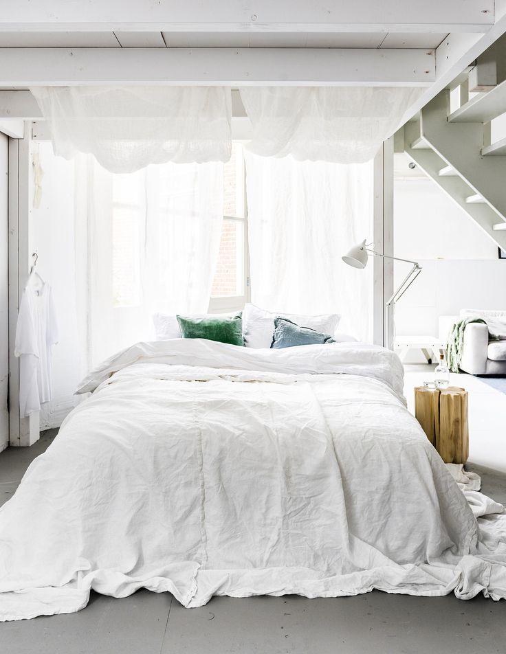 Vtwonen DIY bedhemel Zo maak je het Hang de twee gordijnroedes aan het plafond met behulp van de plafondhaakjes. Zorg dat je genoeg stof hebt om de 'hemel' van achteren naar voren via de gordijnroedes te kunnen ophangen. Laat de stof aan de achterkant naar beneden vallen tot op de vloer.