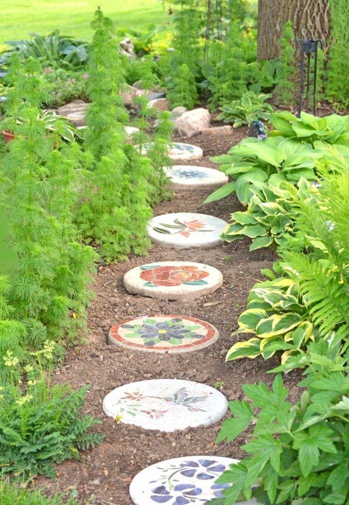 Dekorative Trittsteine Selberbasteln Und Fur Eine Bunte Note Im Garten Sorgen Bunte Dekorative Eine Garden Stones Garden Stepping Stones Stone Landscaping