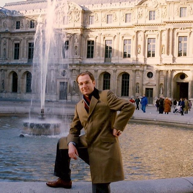 At the #louvre in #Paris in December 1993. I was working for an advertising agency in #Hamburg and they sent me to the French capital to meet one of their clients from the US. I wore a suit that I had bought at #bancroft  in #NYC , #grafton in #sandalwood #bookbinder from @churchs, a #mto #covertcoat from #johnghardy and a #woolscarf from #ladageundoelke. #throwbackmonday  #menswear #mensfashion #mensstyle #gentleman #gentlemanstyle #portraitoftheartistasayoungman #overcoat