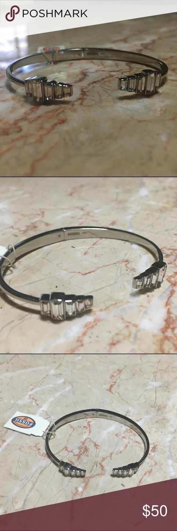 NWT FOSSIL Art Deco Glitz Bracelet NWT Fossil Bracelet. Deco Glitz Style. Hinge in the middle of the bracelet to easily put it on. Stainless Steel. 💓 Thanks for looking! Please comment with questions! Fossil Jewelry Bracelets