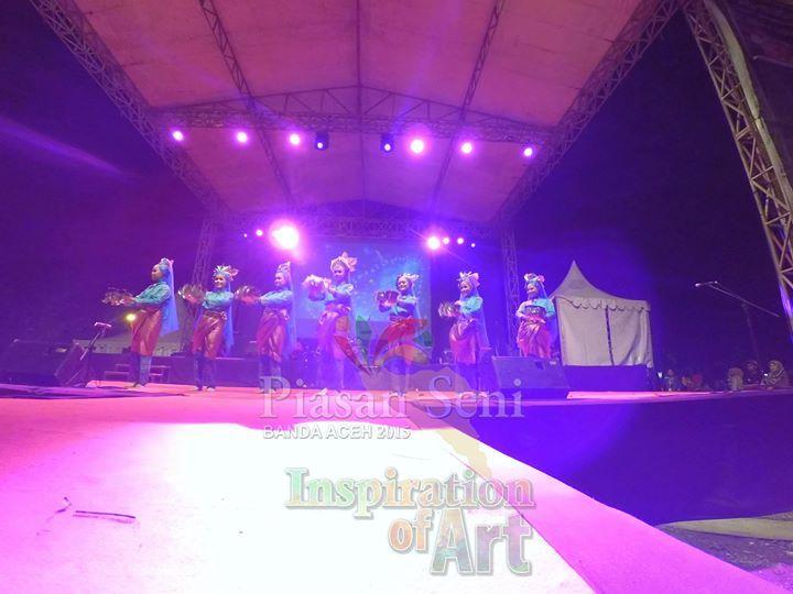 Tari pembukaan Piasan Seni Ranup Lam Puan #piasanseni - Piasan Seni Banda Aceh 2015 http://on.fb.me/1ifHj8G Get more on Piasan Seni Facebook FanPage http://on.fb.me/1F2dymv ============== OFFICIAL UPDATES ABOUT PIASAN SENI BANDA ACEH 2015 ------------------------ www.piasanseni.org info@piasanseni.org (mail) @piasanseni (twitter/Instagram/tumblr/Pinterest) 58780415  C002DE7E3 (BBM) Piasan Seni Banda Aceh 2015 (http://bit.ly/1F1xLsB : Facebook Page) or (http://bit.ly/1ifHj8K : Piasan Seni…
